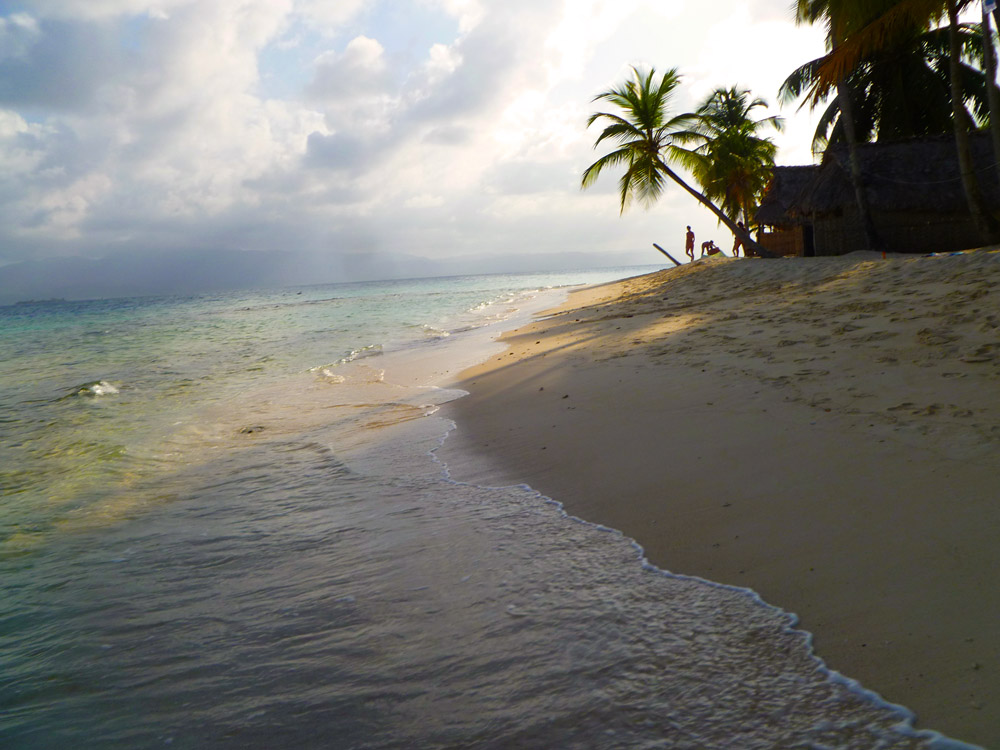 White Sand and turquoise waters at Franklin´s Island - San Blas