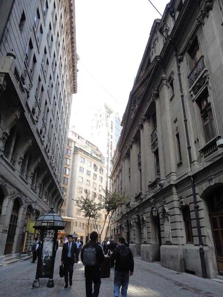 De alguna forma extraña, cada calle de Santiago me llevó a algún otro lugar. Por un momento acá me sentí perdida por las calles de Barcelona, no te parece?