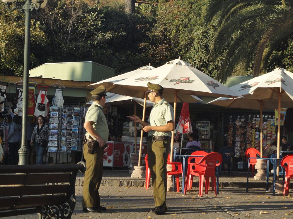 En San Cristobal, preparándonos para subir hasta la virgen estos caballeros empedernidos resguardaban la entrada.