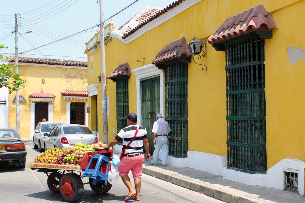 Comerciante de frutas en una plaza en Cartagena